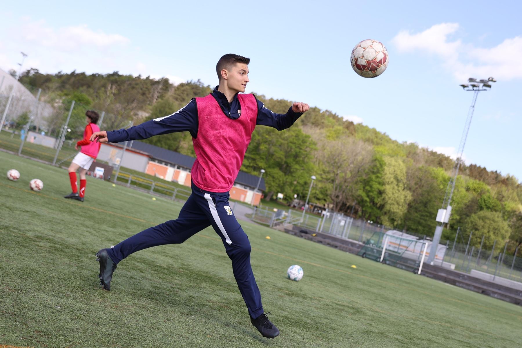 Fotbollsspelare tränar volley på Änglagårddskolan.